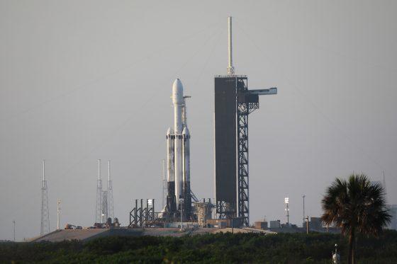 圖/搭載六枚福衛七號的獵鷹重型火箭在美國佛州甘迺迪太空中心SLC-39A發射台準備就緒。(陳維鈞拍攝)